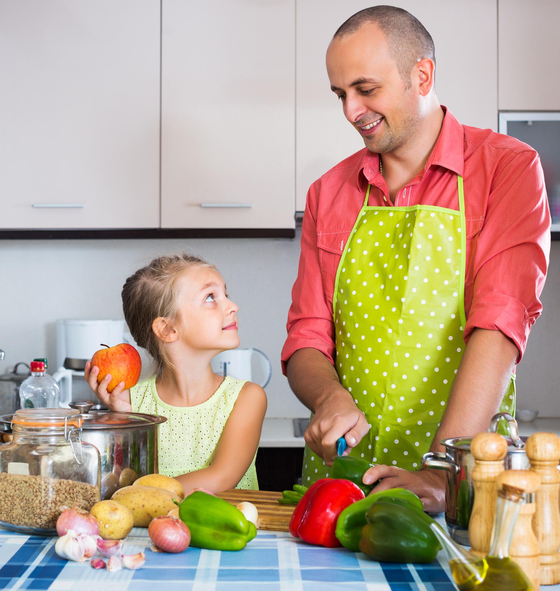 Vater mit Tochter beim kochen